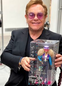 Barbie si traveste da Elton John